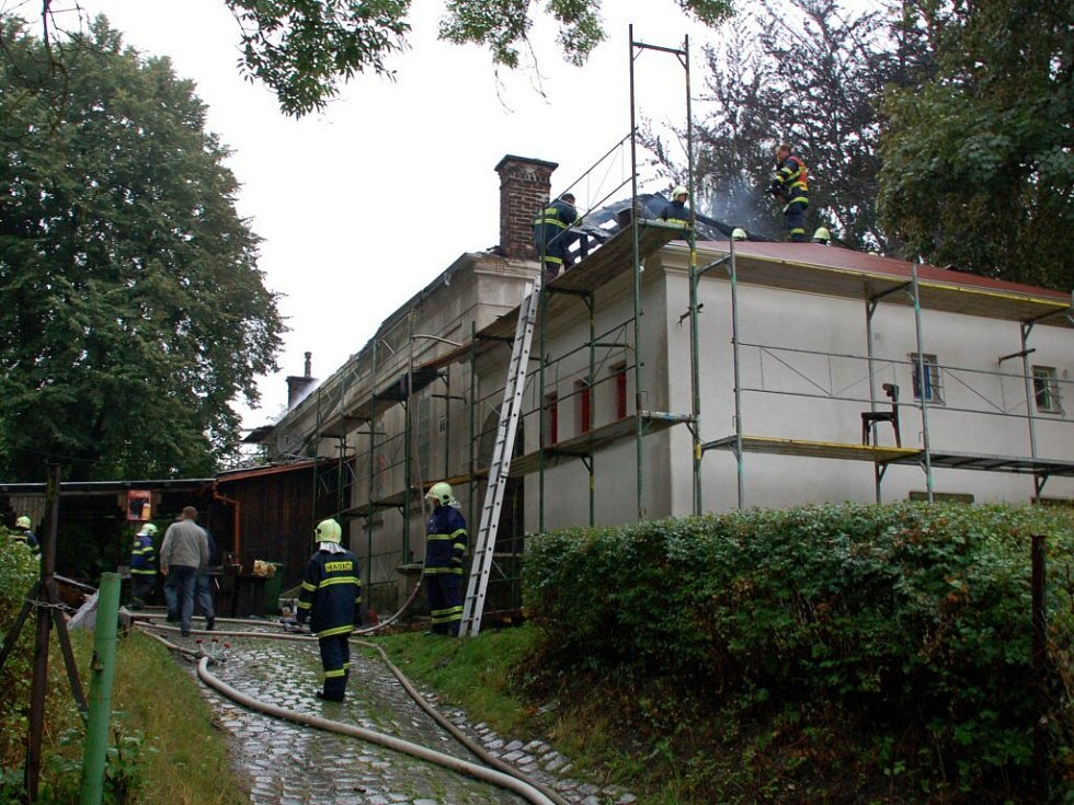 Oheň poničil v pátek 15. srpna nad ránem střechu hudebního klubu Klubíčko v Aši