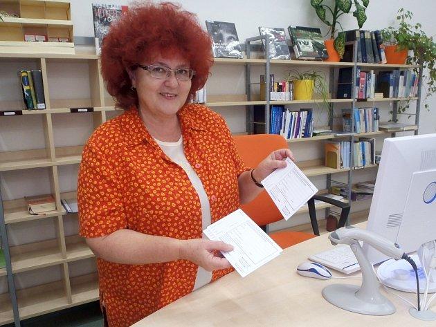 VEDOUCÍ CHEBSKÉ městské knihovny ukázala formulář, který je třeba pro objednání knihy vyplnit.