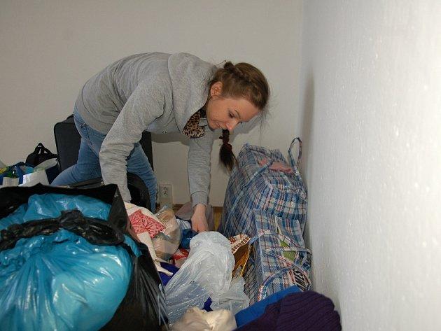 OSMNÁCTILETÁ Ukrajinka Anna pomáhala své mamince Oleně se stěhováním prvních věcí do chebského bytu.