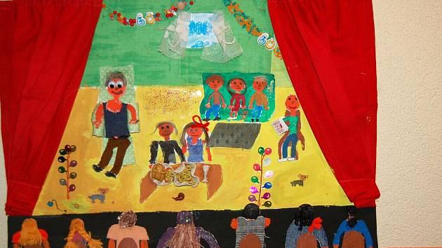 LIDÉ SI NYNÍ mohou prohlédnout dětské obrázky v rámci soutěže Divadlo nás baví.