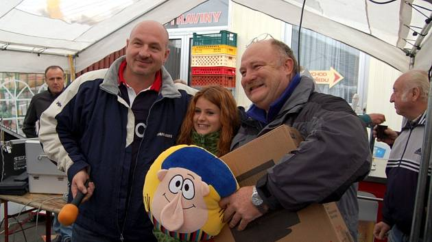 V soutěži o nejzajímavější dotaz na představitele Františkových Lázní byla vylosována otázka  lázeňského hosta ze Sušice (na snímku  vpravo). Ten si odnesl barevnou televizi.