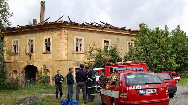 Na ohněm poničené budově vznikla škoda, která podle hasičů převýší částku jeden milión korun.