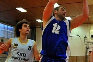 Mariánskolázeňský Rolínek (č. 12) se zmocnil odraženého míče na snímku z  utkání s týmem Rokycan.
