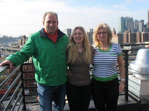 ANETA STRÝČKOVÁ (uprostřed) na snímku s rodiči při výletu do New Yorku.