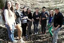 MYKOLOG JIŘÍ POŠMURA absolvoval minulý týden také velkou houbařskou procházku se studenty z chebského gymnázia. Na snímku se společně radují z nálezu ucháče obecného.