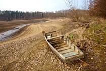 V SOUČASNÉ DOBĚ je přehrada Skalka vypuštěná. Už letos by ale suchou trávu mohla nahradit písčitá pláž. A za ní by z lesa měl vzniknout park.