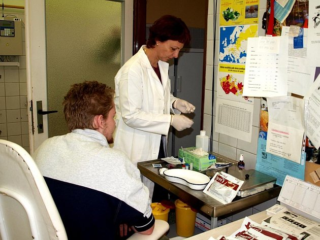 SCREENINGOVÝ TEST je jednoduchý a rychlý. Stačí kapka krve z prstu a výsledek je jasný do pěti minut.