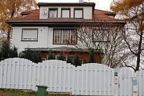 ORDINACE PRAKTICKÉ LÉKAŘKY BLANKY DUŠKOVÉ v Aši je schovaná za vysokým plotem. Už na vratech vítá návštěvníky cedule: Televiznímu štábu České televize vstup zakázán.