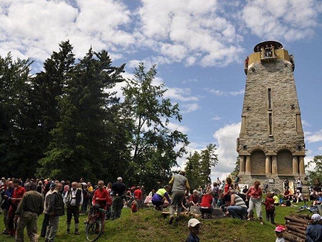Kamenná rozhledna Bismarckova věž na Zelené Hoře u Chebu oslavila v sobotu 20. června 2009 sto let své existence.