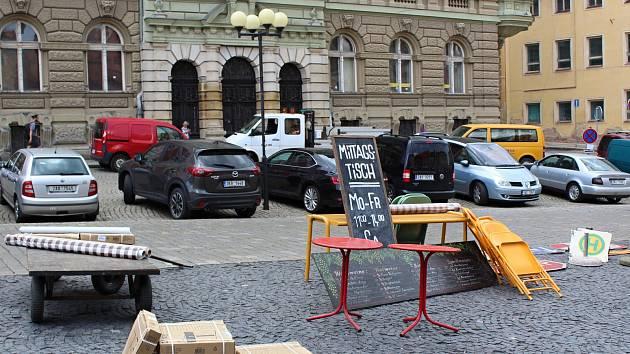 Filmaři si na chebském náměstí připravili rekvizity.