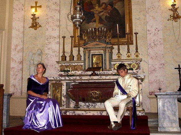 NOČNÍ PROHLÍDKY! Návštěvníky zámku Kynžvart provázeli při nočních prohlídkách v dobových kostýmech současní nebo bývalí externí průvodci.