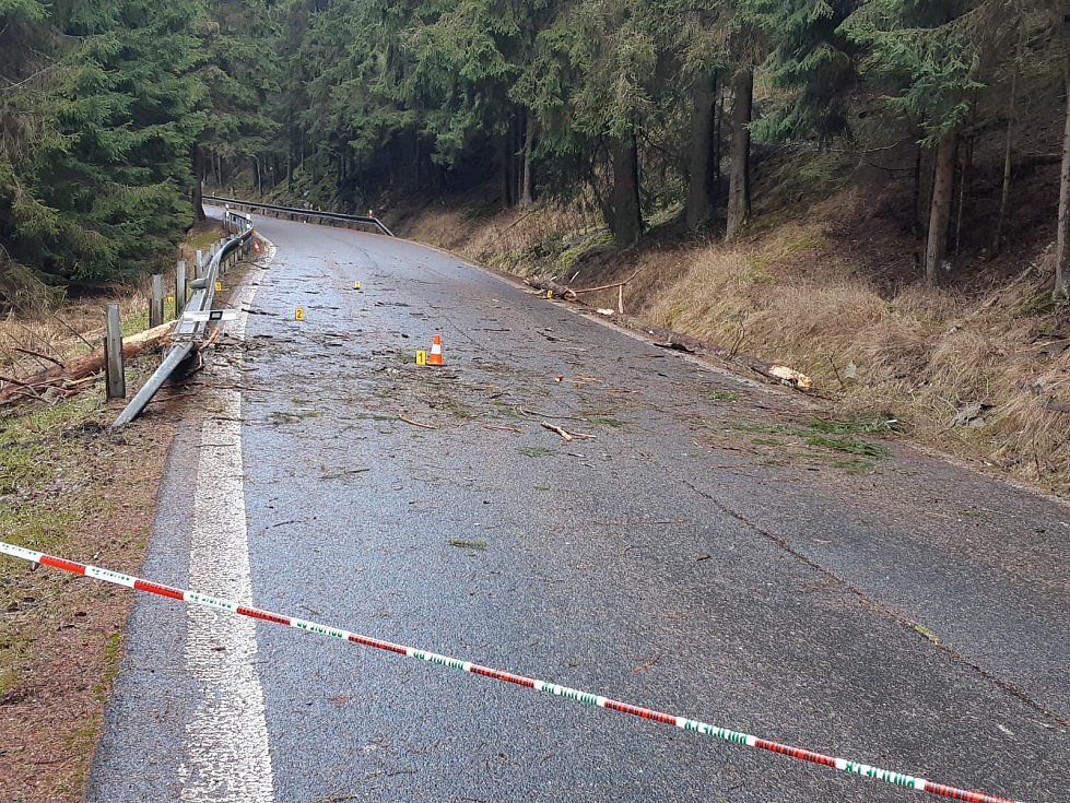 Zřejmě silný vítr stál za nehodou osobního auta v Nové Vsi na Sokolovsku. Jeden muž na místě zemřel. Jedna žena je vážně zraněná. Foto: PČR