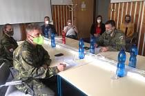 Deset vojáků z Velitelství výcviku Vojenské akademie Vyškov už pomáhá v nemocnici v Mariánských Lázních.