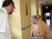 V OBJEKTU LÉČEBNY DLOUHODOBĚ nemocných v Chebu je nyní situace velmi napjatá. Původní provozovatel odchází a nový zatím připravuje pokoje pro klienty. Toho se ujaly samy zdravotní sestry. Senioři jsou ovšem velmi nervózní, protože neví, co s nimi bude.