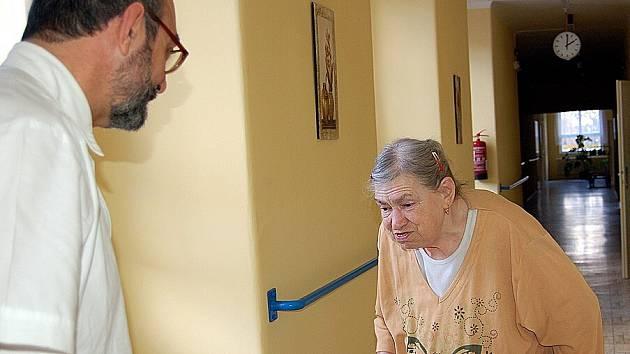 SENIORŮ BUDE PŘIBÝVAT.  Populace stárne a tak míst v léčebnách bude  zapotřebí stále víc.  Na snímku hovoří primář chebské léčebny Jaroslav Janča s pacientkou  Irenou  Fílovou.