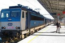 Oprava nástupišť chebského nádraží skončí až letos v září. Přitom původně měla skončit vloni na podzim. Železničáři totiž řešili několik stavebních nesnází.