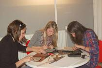Studentky z chebského gymnázia si v Galerii výtvarného umění Cheb vyzkoušely linoryp. Pomáhal jim přitom německý umělec Michael Dietlinger.
