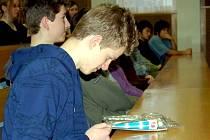 STUDENTI SI MOHLI v rámci besedy s Vladimírem Remkem prohlédnout, čím se kosmonauti ve vesmíru stravují. Vladimír Remek chebským gymnazistům vysvětlil, že díky letu do vesmíru poznal, že se jí také očima.  Kosmonauti jedí z tubiček.