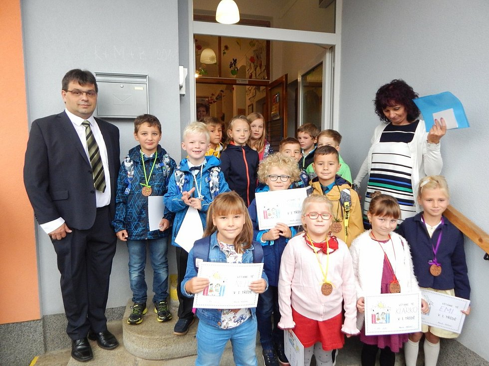 Školáci Drmoulu se starostou Josefem Švajglem.