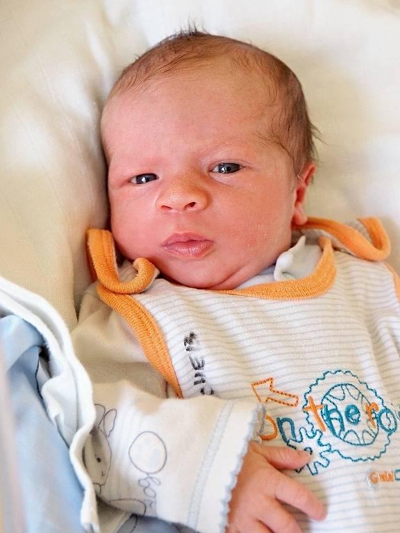 JAN STARÝ si poprvé prohlédl svět v úterý 1. dubna v 20.52 hodin. Při narození vážil 3 390 gramů a měřil 50 centimetrů. Doma v Chebu se z malého Jeníčka těší sourozenci Terezka a Marek, maminka Denisa a tatínek Martin.