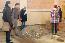 ARCHEOLOGŮM SE v kostele v Křižovatce podařilo objevit část středověké podoby kostela. Tak zásadní přestavbu odborníci na tomto místě nepředpokládali.