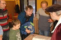 JAK VZNIKÁ CHEBSKÁ KRONIKA? Nejen na tuto otázku dostali odpověď návštěvníci, kteří zavítali na besedu do chebského infocentra.