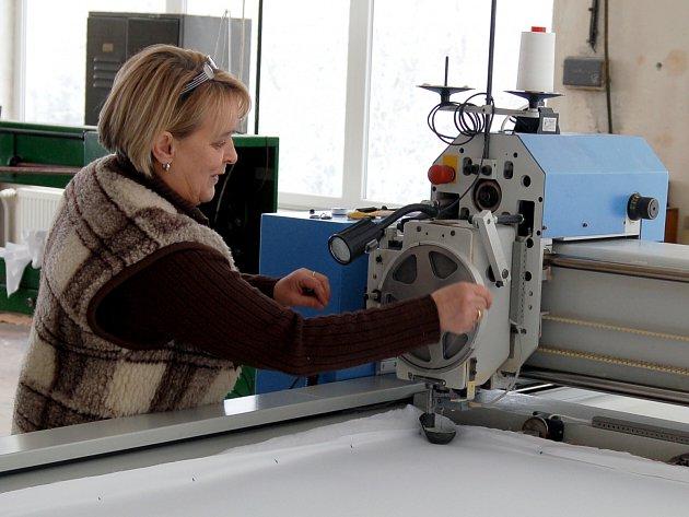 POSLEDNÍ PŘIKRÝVKU ušila v pátek Květa Štauberová. Od nynějška už Quilt žádnou další nevyrobí a zhruba do konce března bude pouze doprodávat už dokončené zboží.