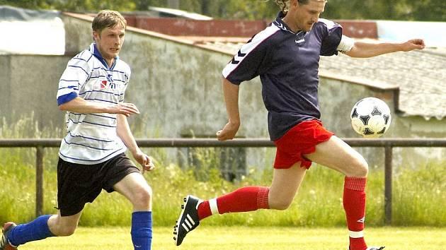 VPOSLEDNÍM duelu porazili fotbalisté FC Cheb (na snímku vpravo Jiří Vondrášek)  celek Nejdku vysoko 7:1. Nyní je čeká v neděli dopoledne střetnutí na hřišti Královského Poříčí.