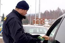 LETÁKY S INFORMACEMI O PŘEDPISECH sousedních států rozdávají při kontrolách například chebští cizinečtí policisté.