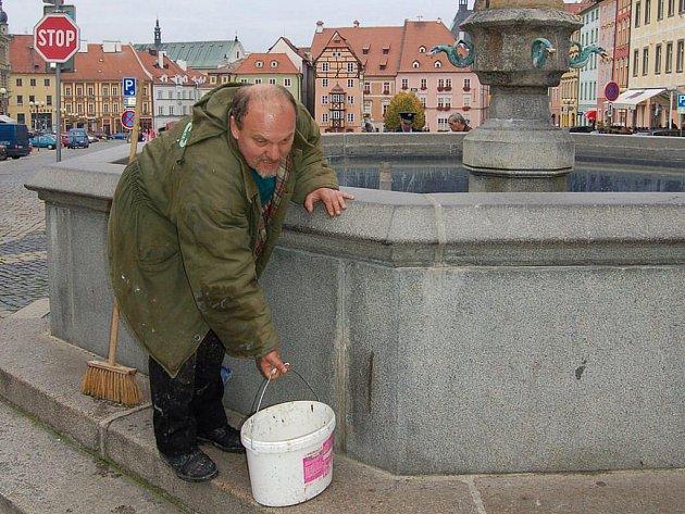 Písek z horní kašny na chebském náměstí