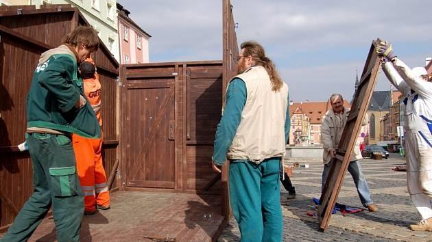 Chebské náměstí je už připravené na velikonoční trhy