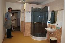 SPORTOVCI MAJÍ V CHEBSKÉ HALE TJ Lokomotiva k dispozici zrekonstruované sprchy, ale také třeba novou ošetřovnu. Záchranáři budou moci přijet přímo k ní.