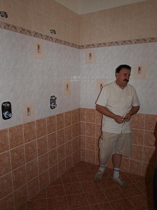 dívky mají sprchy