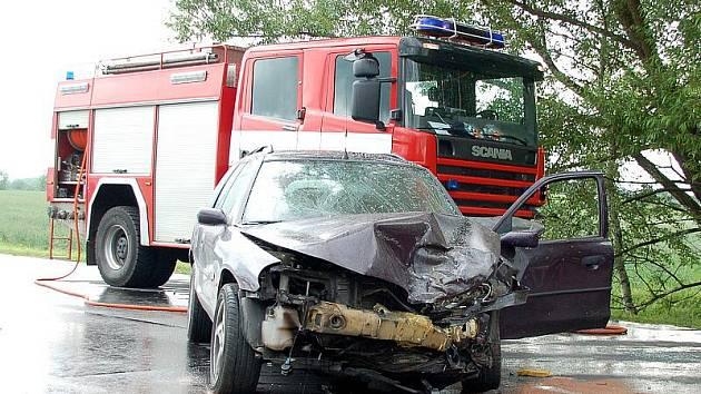 U Františkových Lázní se srazily dva automobily. Jednoho z řidičů musel vrtulník transportovat do plzeňské nemocnice.