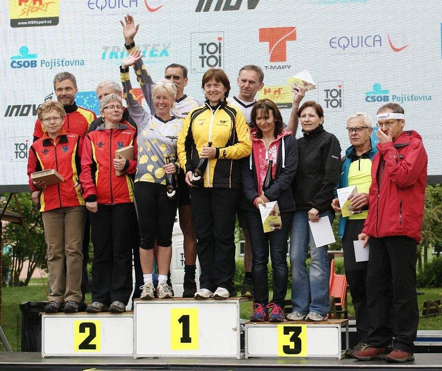 Vítězné družstvo z Mariánských Lázní na prvním místě. Zleva Radmila Miturová, Jan Fišák, Stanislava Opavová a Josef Milota. Druhý skončil tým ze Zlatých Hor, bronzem musel vzít zavděk Rychnov, jenž prakticky po celou dobu vedl