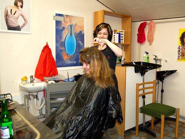 JEDNOU týdně mají možnost ženy v Odravě využít služeb dojíždějící kadeřnice.