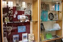 Krajkářky vystavovaly také v chebské knihovně.