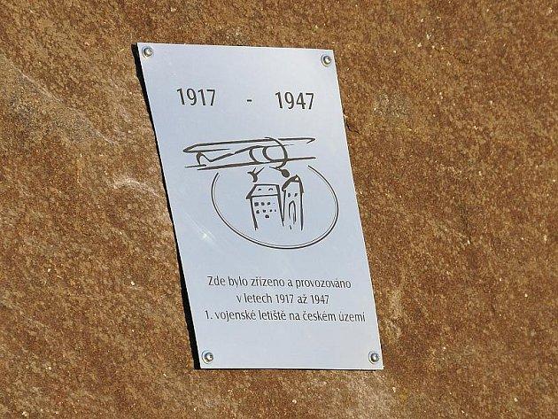 POMNÍK PŘIPOMÍNAJÍCÍ první a tehdy jediné letiště v zemích Koruny české stojí naproti chebskému hřbitovu. Slavnostně byl odhalený den před státním svátkem.