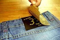 Padělané džíny G – Star objevili v kontrolovaném kontejneru chebští celníci. Na štítku padělaných kalhot byl nalepený jiný papírový štítek.