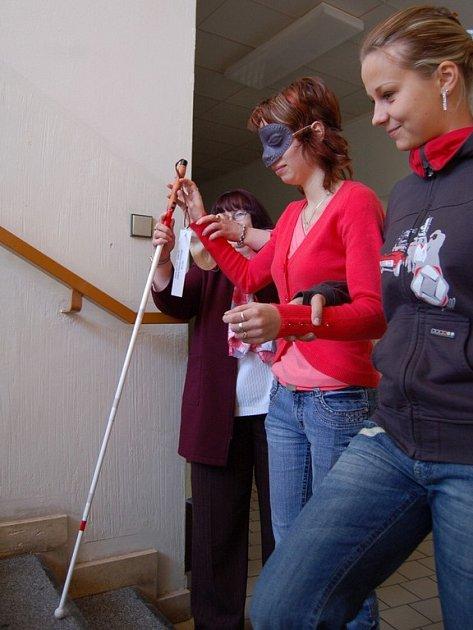 Setkání studentek Střední zdravotnické školy v Chebu a místních nevidomých