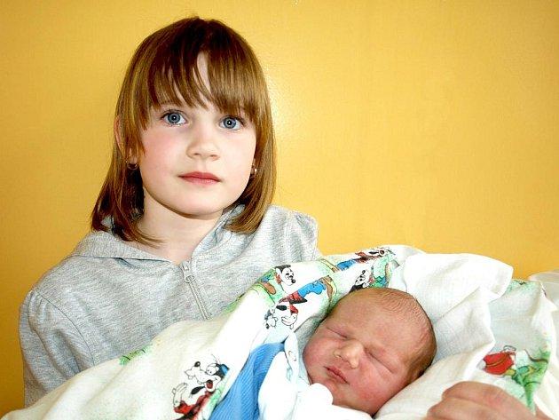 DANIEL MAŘAS přišel na svět v neděli 27. března v 11.45 hodin. Vážil 3750 gramů a měřil 52 centimetrů. Sestřička Elinka, maminka Jana a tatínek Viktor se těší z malého Danielka doma v Dolním Žandově.