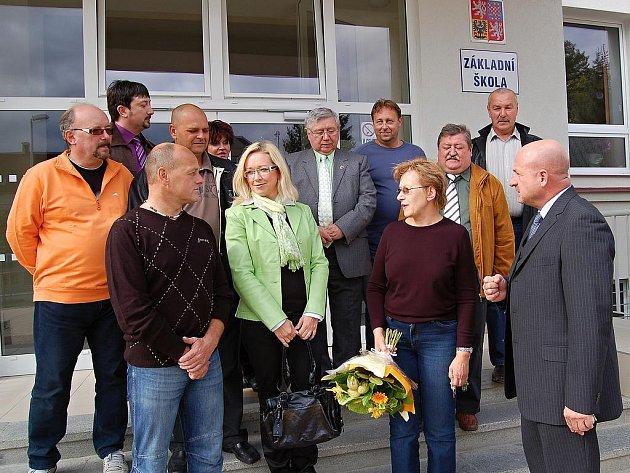Dvanáctku bývalých městských zastupitelů (z nichž čtyři v zastupitelstvu působí i v tomto volebním období) si do rekonstruované základní školy ve Františkových Lázních pozvala její ředitelka Jiřina Fajfrová (na snímku s kyticí).
