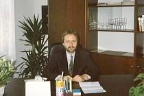TAK ZACHYTIL JAROSLAVA KOČVARU v jeho kanceláři školní fotograf v roce 1994.