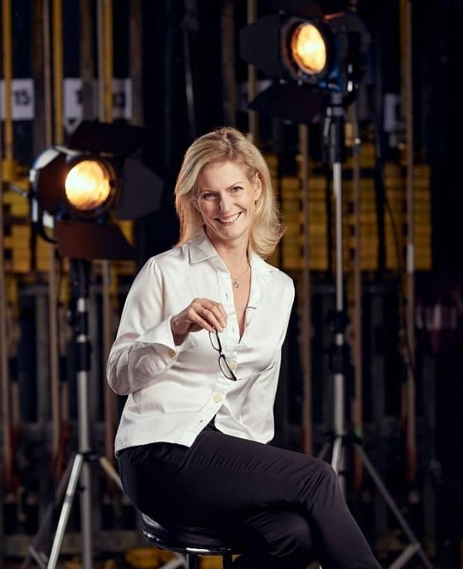 Vladimíra je narozena roku 1975 ve znamení Střelce, pochází z Lázní Toušeň ve středních Čechách V Západočeském divadle Cheb je od roku 1998.