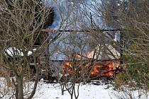 Tři jednotky hasily požár chaty v Aši.