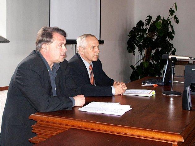 ŘEDITEL CHEBSKÝCH STRÁŽNÍKŮ Jiří Šmolík (vpravo) a místostarosta města Michal Pospíšil (vlevo) potvrdili, že se budou snažit provozovatelům problémových heren co nejvíc znepříjemnit život.