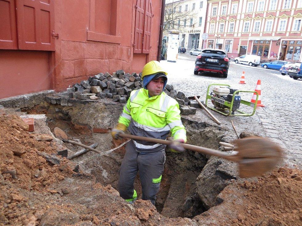 Unikající plyn vyděsil obyvatele chebské památky Špalíček na náměstí Krále Jiřího z Poděbrad. Ihned zalarmovali plynaře, kteří na místo přijeli a začali situaci řešit.