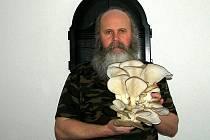 Pavel Syřiště s houbou vypěstovanou v panelákovém bytě
