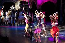 ČLENOVÉ DRAMATICKÉHO KROUŽKU dali do svého vystoupení Děti ráje v pražském divadle Goja celý svůj talent a sklidili zasloužený úspěch.