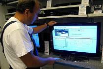 SNÍH A NÁMRAZA na anténách zhoršuje příjem digitálního signálu. Pokud jsou poruchy silné, měli by lidé zavolat technika.